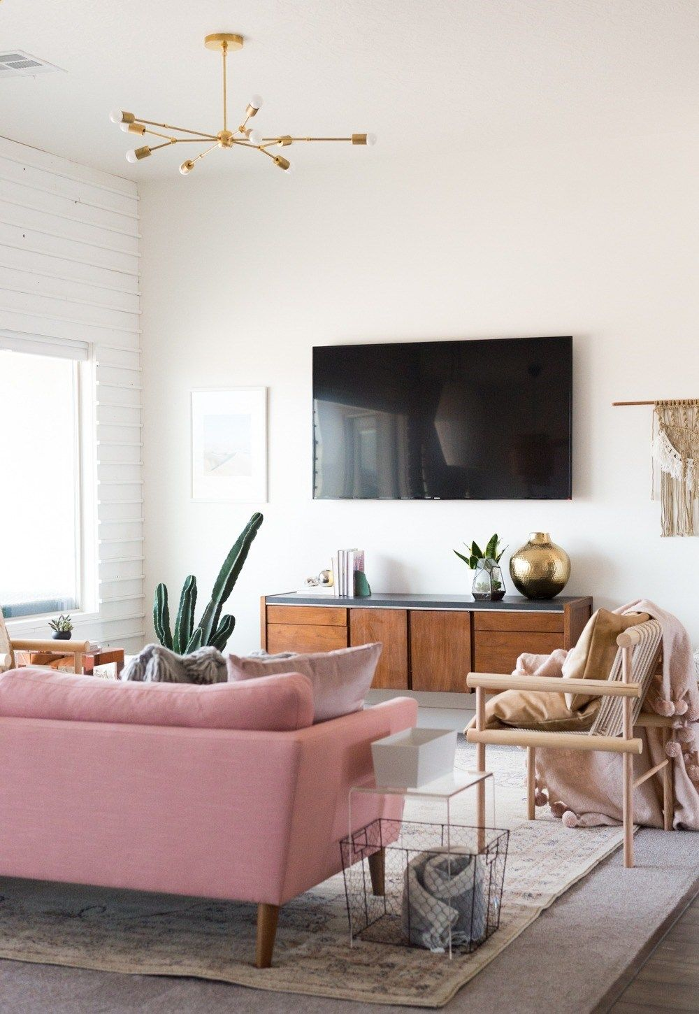 Midcentury inspired living room design with plenty of brass and pops ...