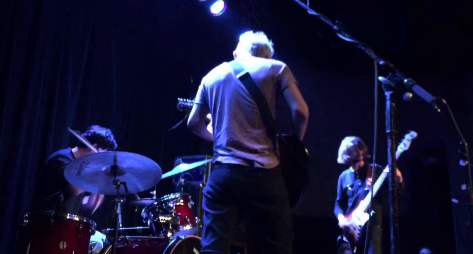 Guitarrista Irrita-se Com Baterista Por Deixar Cair Baquetas Inúmeras Vezes Durante Concerto