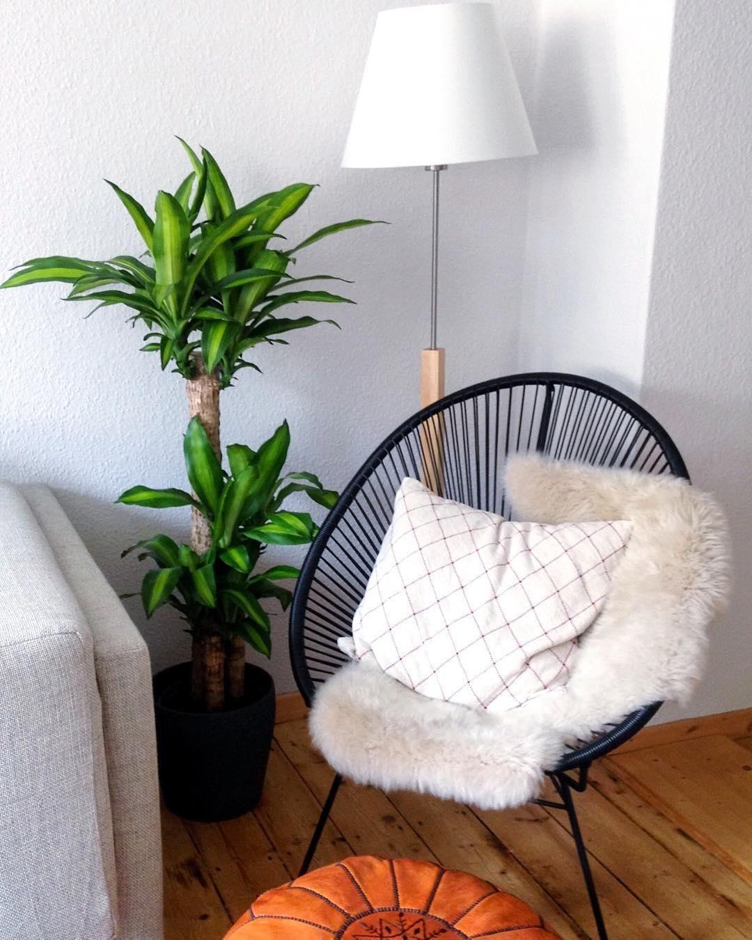 Just relax! Das ist hier absolut kein Problem. Der Sessel MAILAND ist nicht nur super bequem, sondern auch noch ein wahres It-Piece. Unser Tipp: Mit einem Kissen oder Fell lässt es sich darauf noch gemütlicher entspannen.  // Wohnzimmer Ecke Skandinavisch @its.a.little,swan