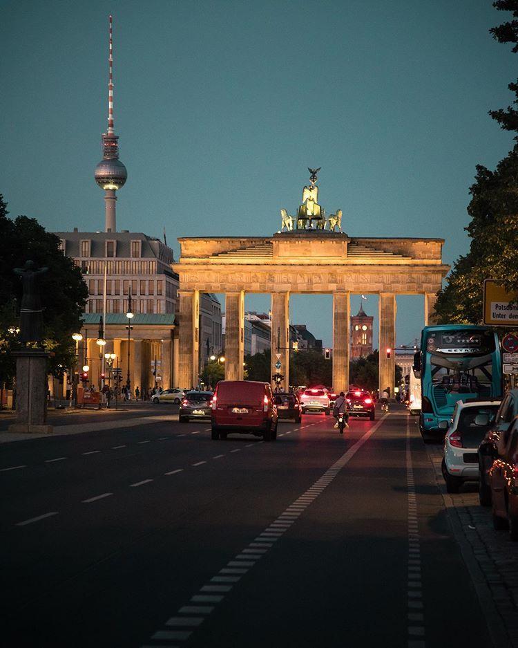 Mischa Heuer Auf Instagram When The Night Falls At The Brandenburg Gate I Wish You All A Happy And Relaxed Weekend Pariser Brandenburger Tor Visit Berlin