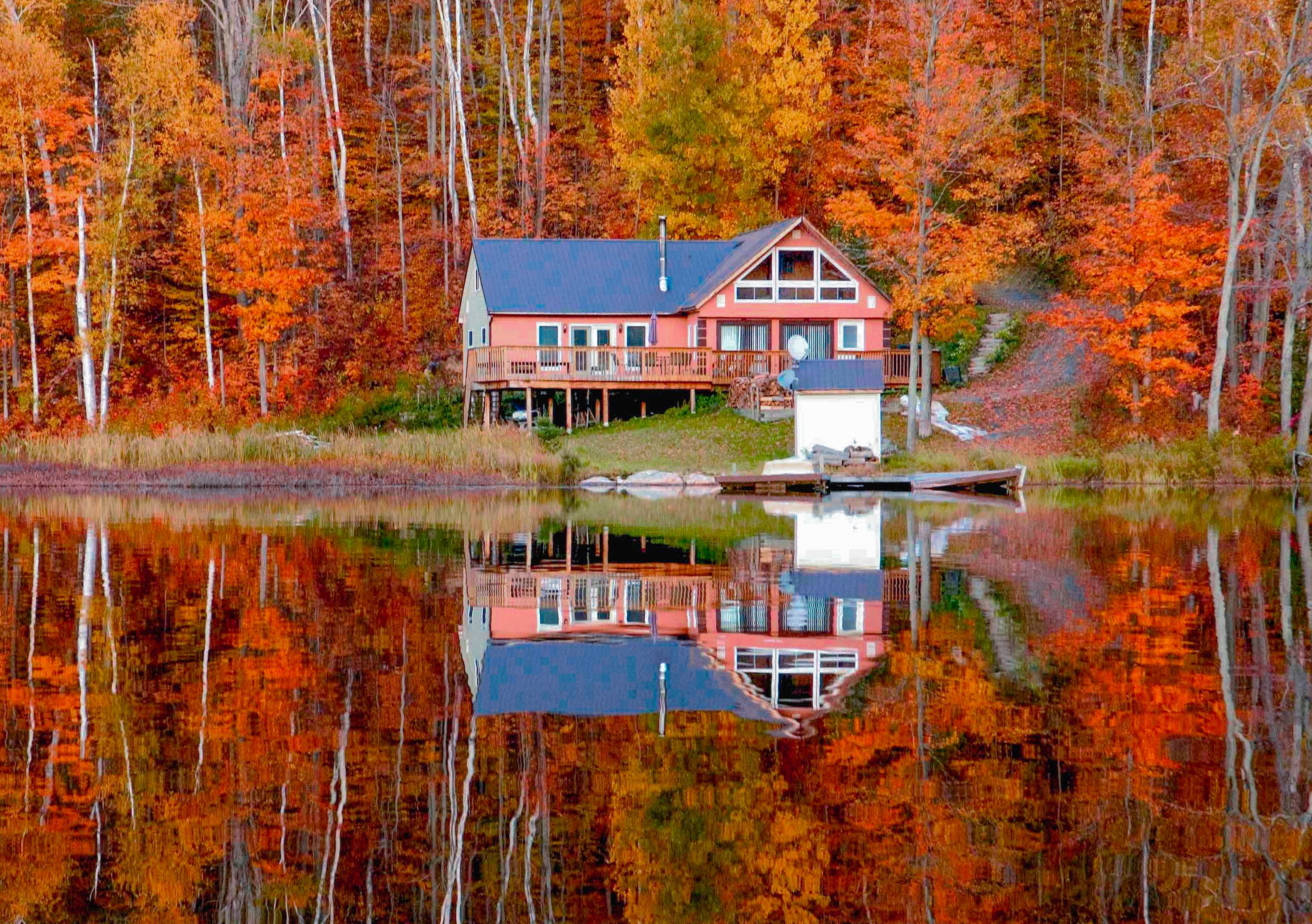 Amazing autumn colors on display in Ontario Cottage