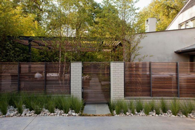 Moderner zaun und sichtschutz gleichzeitig aus holz haus for Modernes haus zaun