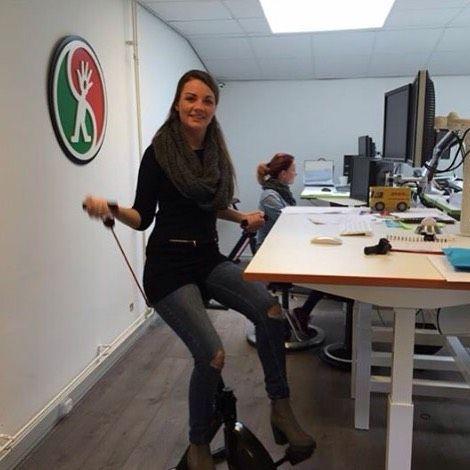 We hebben weer volop voorraad. Dus ga naar onze website worktrainer.nl en bestel jouw favoriete kleur Deskbike. En er is een nieuwe uitvoering beschikbaar, met power tubes, zodat je ook je armen kunt trainen terwijl je fietst.