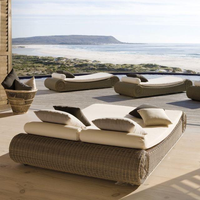 lit piscine orlando manutti grand lit de repos dont les formes rondes et la structure tress e. Black Bedroom Furniture Sets. Home Design Ideas