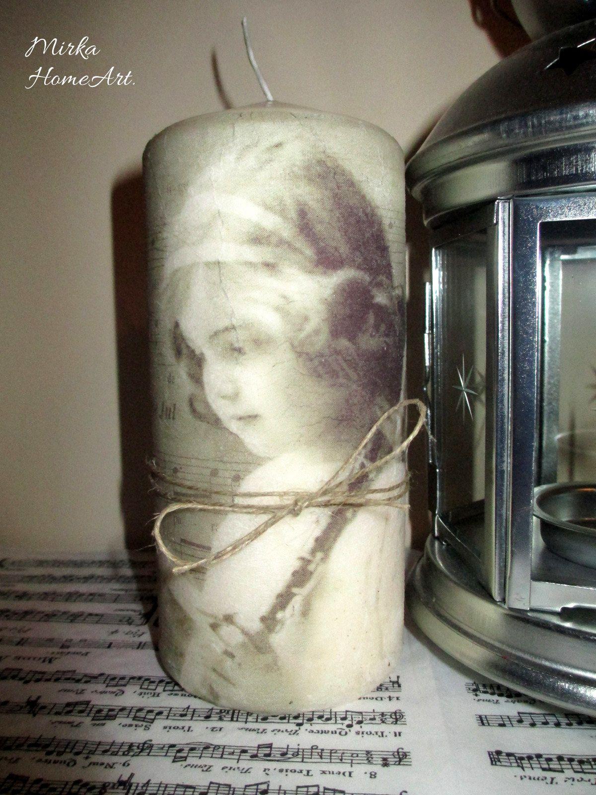 Vintage sviečka dekorovaná dekupážou. Použité špeciálne lepidlo na sviečky, ktoré je nehorľavé a pri horení bez zápachu.  http://www.sashe.sk/HomeArt/detail/vintage-sviecka-dievcatko-a-noty