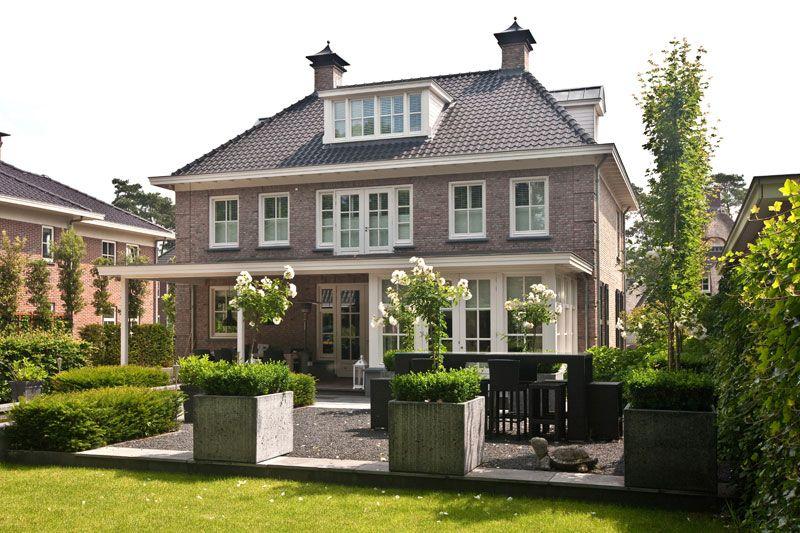 Pangedekte villa met groot buiten terras