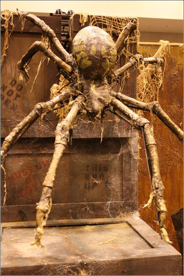 Descending spider haunted house animatronic halloween for Pinterest haunted house