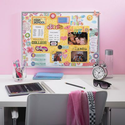 Diy bulletin board keep your notes and schedules organized for Diy bulletin board for bedroom