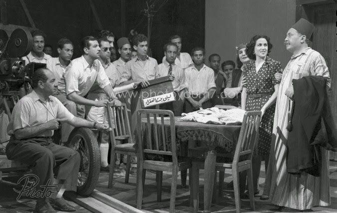 ليلى مراد اثناء تصوير أحد مشاهد فيلم ليلى بنت الفقراء مع الممثل مختار عثمان عام 1949 ويظهر فى الصورة بطل الفيلم The Artist Movie Nostalgia Egyptian Art