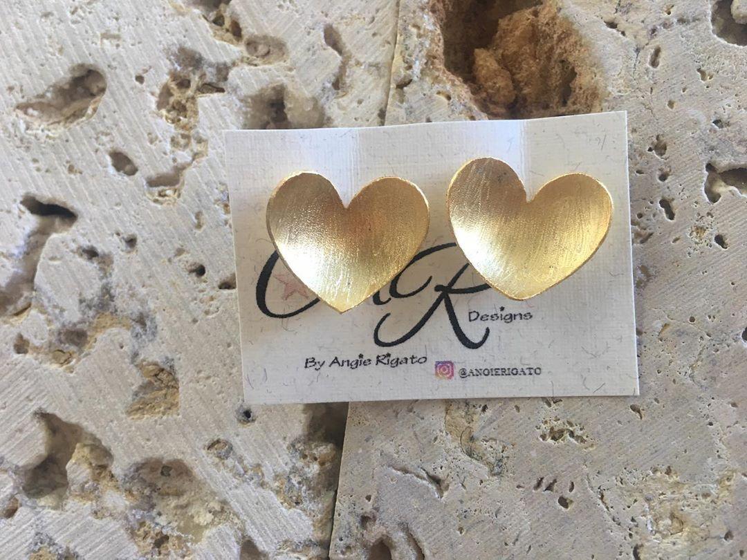 Amor 💖 disponibles  By Angie Rigato • • • • • #angierigato #caracas #venezuela #regalos  #talentovenezolano #orfebre #cadenas #accesorios #diseñovenezolano #venezolanosenmiami #paz #amor #peace #love #peaceandlove #angierigato #iniciales #cadenas #personalizadas #love #venezuela #outfitoftheday #outfits #accesorios #nacklesslove #miami #florida #diseñovenezolano #emprendimiento #sueños #trabajo #work #pulsera #amor