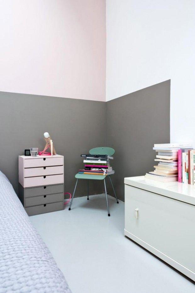 MOTSATT PÅ VEGG OG MØBEL: Soverommet er malt i grått og rosa, noe som gir et mykt og feminint inntrykk. Ved å male et farget felt bak sengen skaper Caroline en illusjon av et sengegjerde. © FOTO: Julien Fernandez