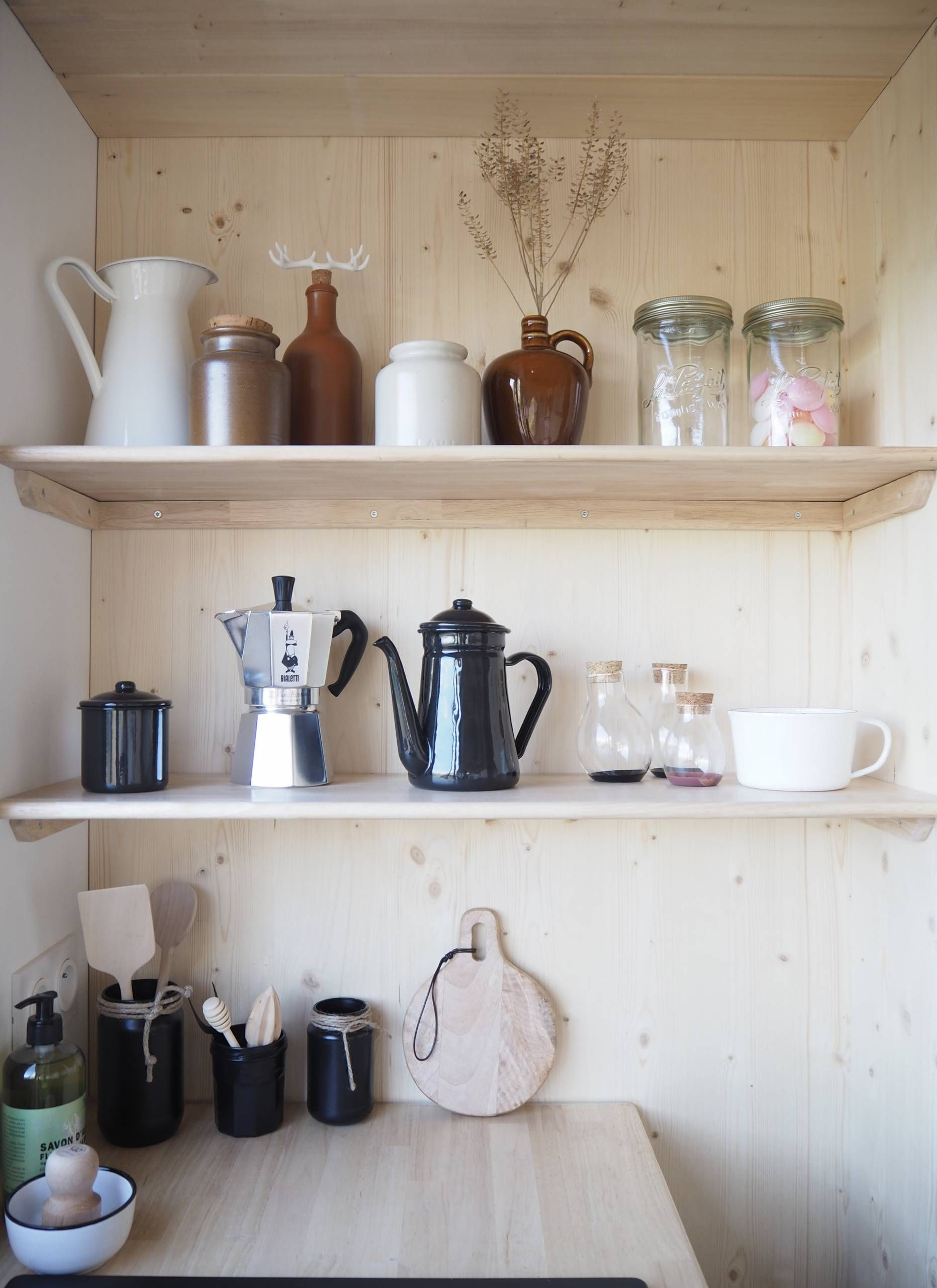 Bienvenue Dans La Tiny House Scandinave D Agnes Alias La Prune Du Jardin Hello Blogzine En 2020 Caisson Bois Plancher Bois Oeil De Boeuf
