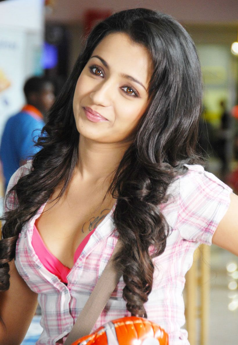 Hot And Sexy Tollywood Tempting South Indian Movie Actress Trisha Krishnan Cute Beautiful Photos And Wallpapers With Navel Boobs Show