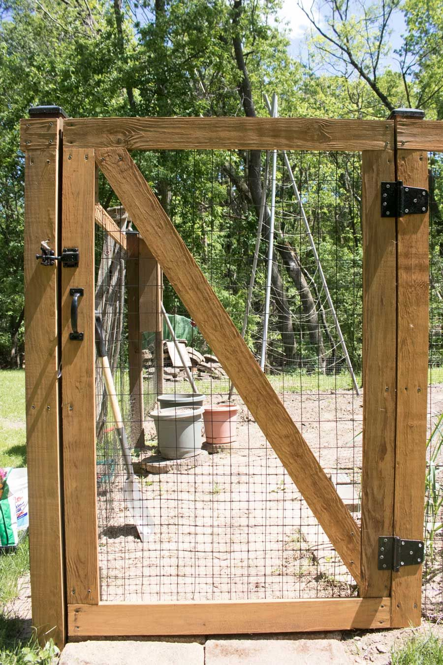 Diy Garden Fence Self Closing Hinges And Designed With Easy To Operate Latch For Kids To Access Diy Garden Fence Backyard Fences Diy Fence
