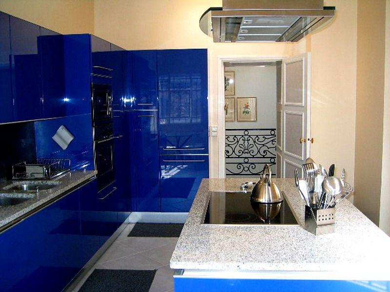 Cocina de color azul con cubierta en granito blanco, armonia ...