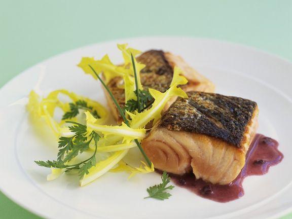 Lachs mit Rotweinsauce ist ein Rezept mit frischen Zutaten aus der Kategorie Meerwasserfisch. Probieren Sie dieses und weitere Rezepte von EAT SMARTER!