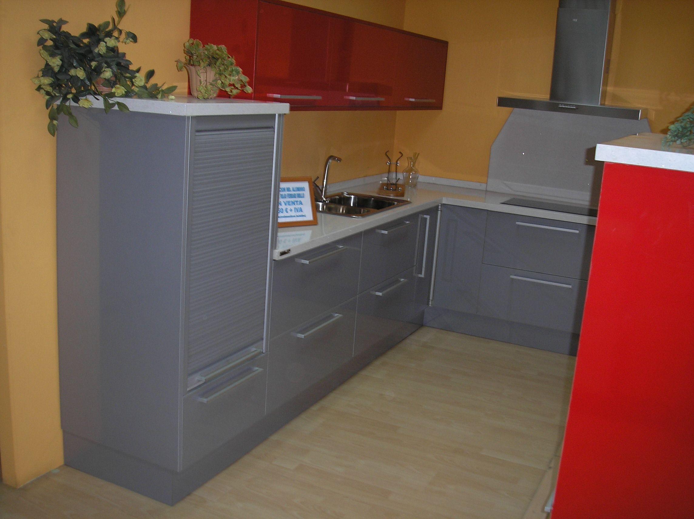 Cocina en l y mueble columna con horno y microondas for Mueble cocina en l
