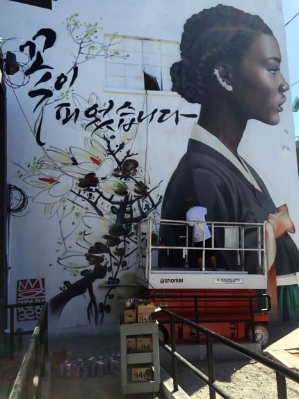 Instiz Korean Graffiti Artist Making A Name For His Work Of Black Women In Hanbok Omona They Didnt Endless Charms Endless Possibilities  E  A