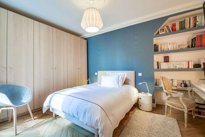 Un bleu glacier pour moderniser la chambre à coucher CHAMBRE