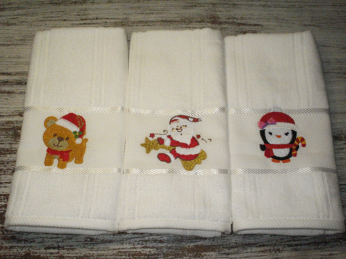 """Toalha lavabo para brindes e lembrancinhas de Natal. <br> <br>Que tal decorar seu lavabo ou presentear alguém com esta lembrancinha especial? <br> <br>Para efetuar o pedido, informe quantas unidades vai querer de cada modelo, especificando: <br>Ursinho <br>Papai Noel com estrela <br>Papai Noel <br>Pinguim <br> <br>O valor é para pedido mínimo de 15 unidades, podem ser variadas conforme opções acima. Para pedidos unitários, veja nosso álbum """"Natal"""", lá tem opções avulsas. <br> <br>As toalhas…"""