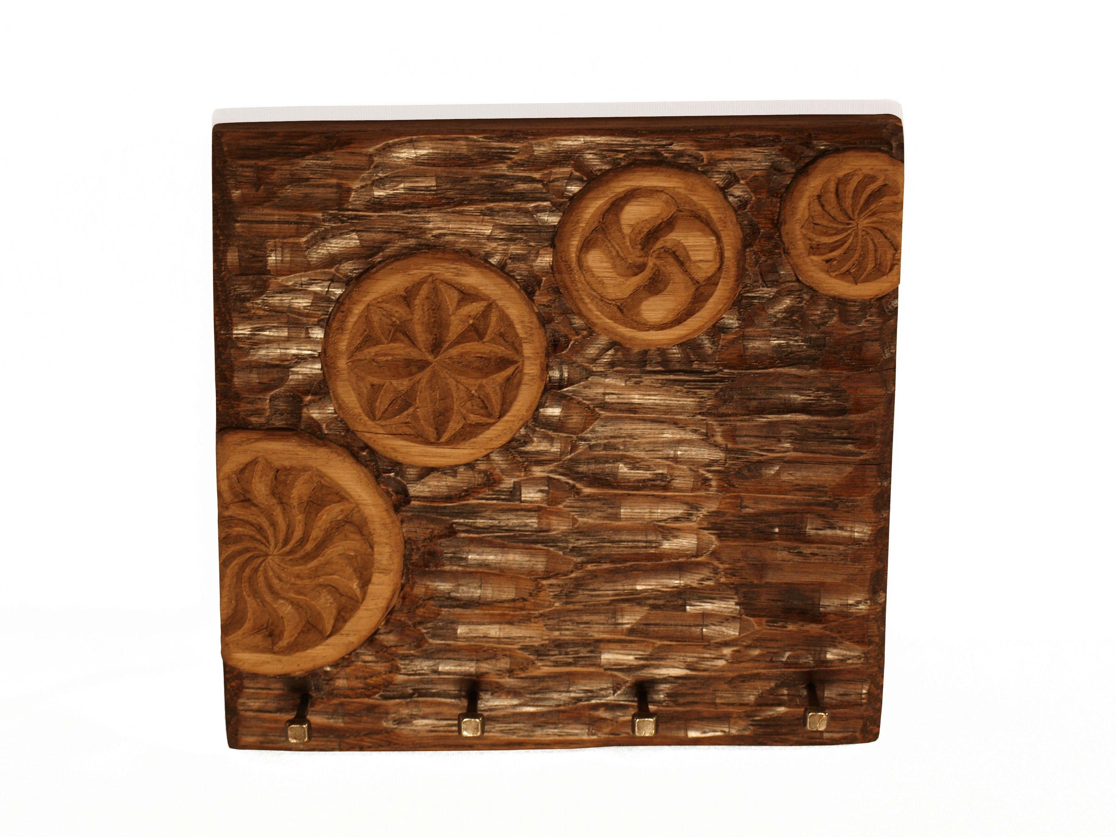 Cuelga llaves con diferentes estelas tallado en madera de for Colgadores de madera