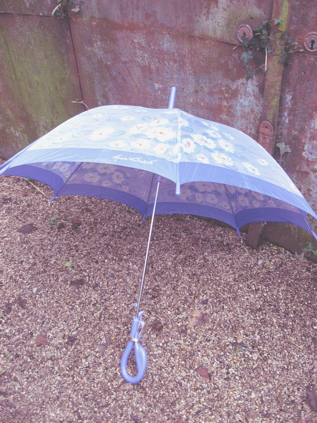 Gloria Vanderbilt Monet impressionist style large umbrella. Lilac swan handle, water lily pond design parasol and gold ring closure.