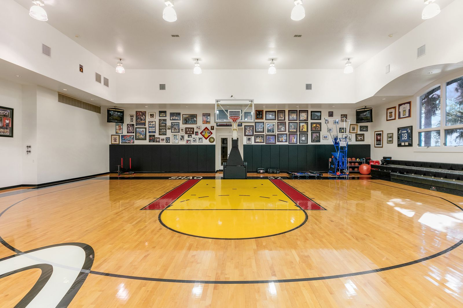 See Inside Shaq S 28 Million Orlando Mansion Celebrity Houses Indoor Basketball Court Mansions