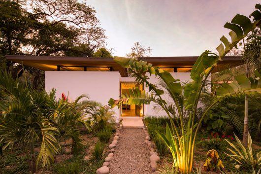 Studio Saxe ha completado Nalu  hotel boutique y estudio de yoga en el  paisaje tropical de Nosara 43129d3953d