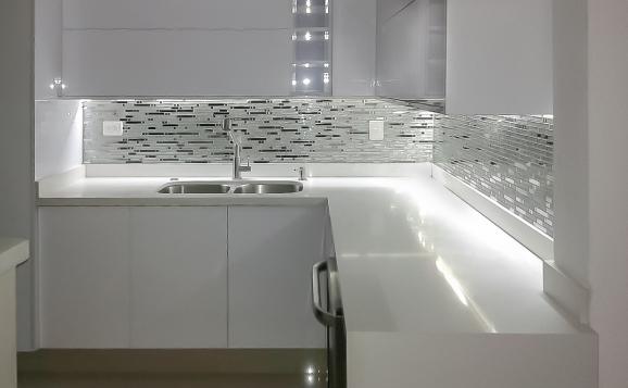 Cocina Blanca Alto Brillo Con Splash Brillante Decoracion De La Cocina Diseno De Interiores De Cocina Cocina Blanca Y Madera