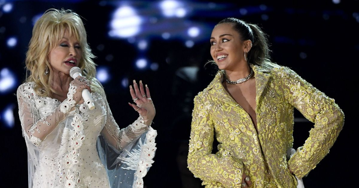 Dolly Parton And Her Goddaughter Miley Cyrus Sing Jolene At The Grammys Dolly Parton Dolly Parton Miley Cyrus Miley Cyrus