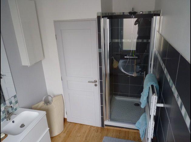 Parquet clair + murs blancs/gris/bleu clair + meuble vasque blanc +