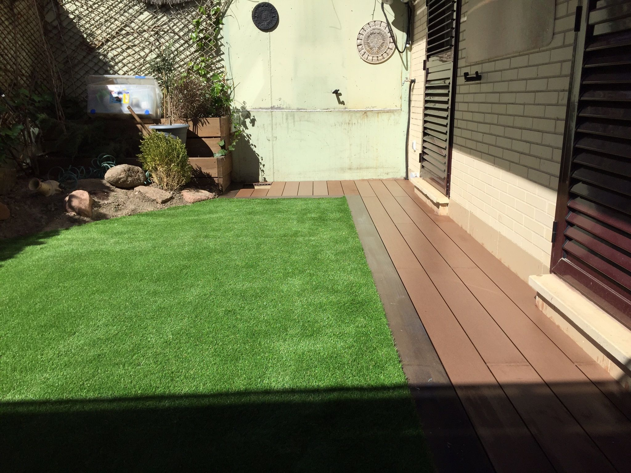 Hierba artificial para terrazas y jardines modelo paraiso for Patios y jardines