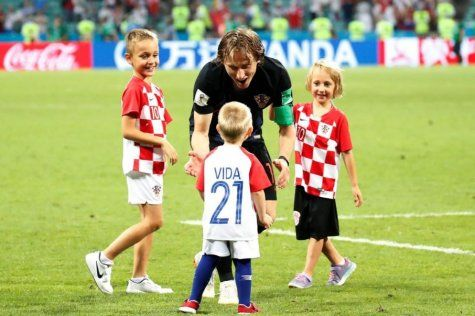 FOTO: Modrić with kids after the match Croatia-Russia at World Cup 2018