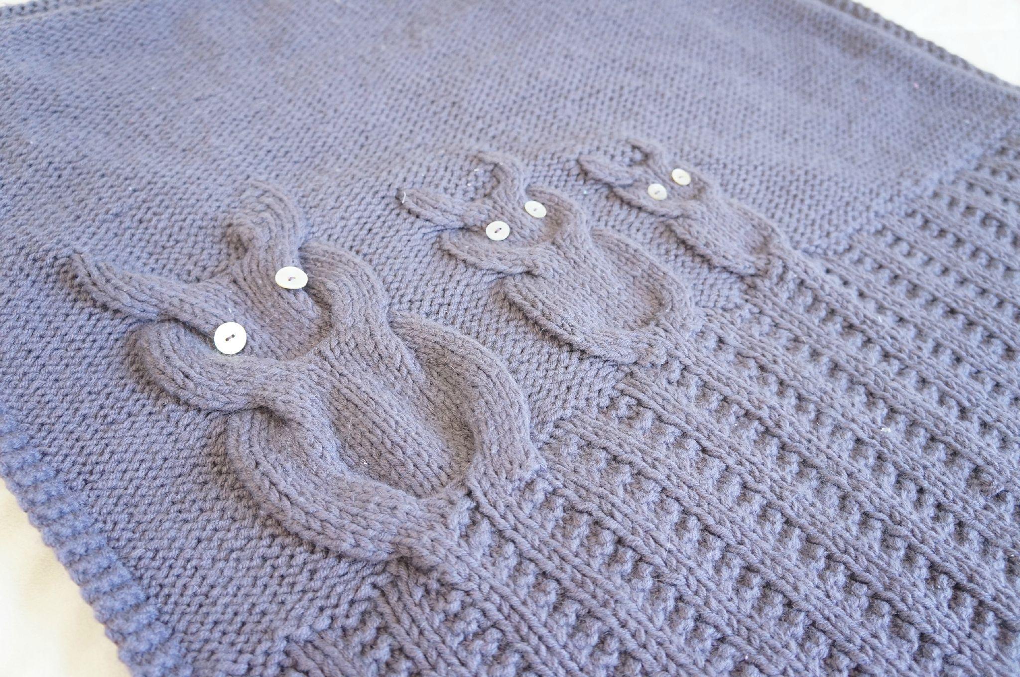 Une couverture en tricot pour ours (modèle gratuit, 2 versions) Des Tricots | Tricot gratuit ...