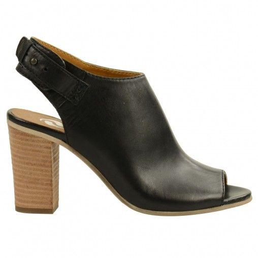 Stevige gesloten dames sandalen met peeptoe en brede hak van 7 cm. hoog. De  sandalen zijn gemaakt van zwart leer en hebben een binnenzool van leer.
