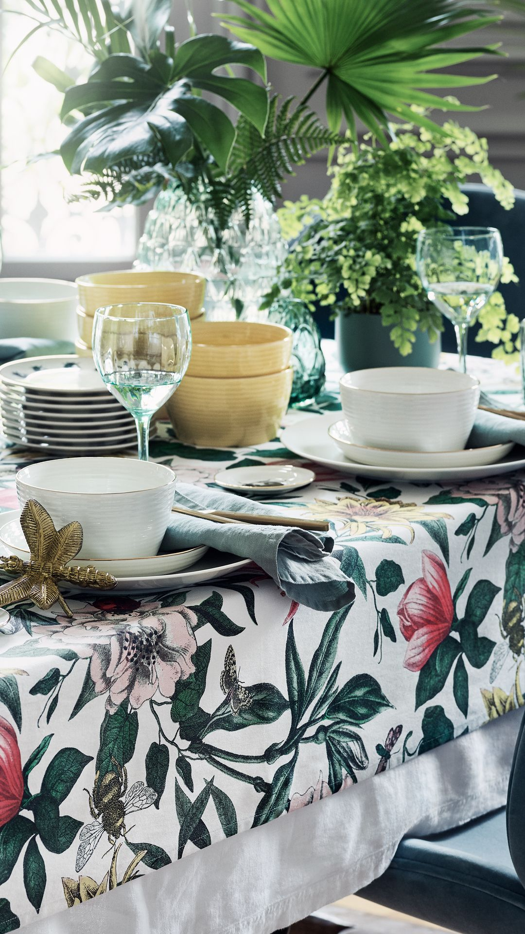 H M Home Lovely Floral Table Setting With A Printed Table Cloth