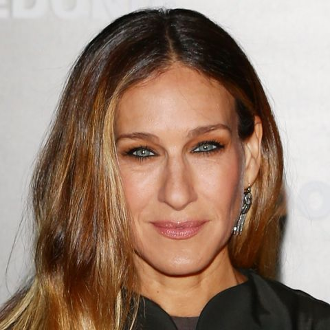 Sarah Jessica Parker opens her NYC brownstone to Vogue for a 73-question rapid fire interview. Watch and check out her home decor style! #SJP #interiordesign