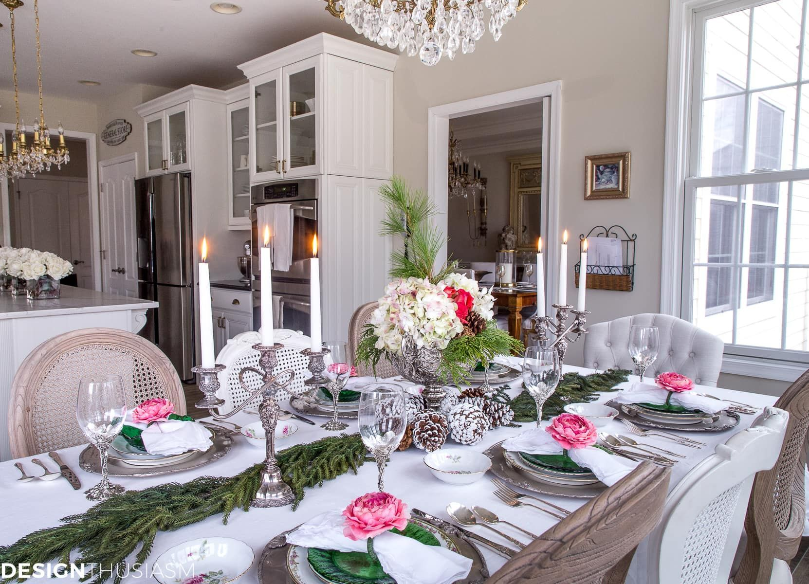 Christmas Table Settings | Don't have a dining room to entertain in? Here are 5 tips for creating elegant Christmas table settings when eating in the kitchen. -----