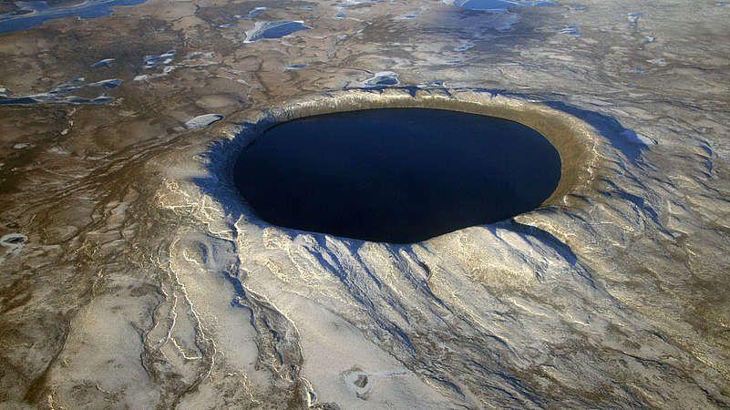 Pingualuit-Krater-Der Pingualuit-Krater ist ein Einschlagkrater auf der Ungava-Halbinsel im Norden von Québec in Kanada. Er hat einen Durchmesser von 3,44 Kilometer, eine Tiefe von 400 Quadratmetern und entstand vor etwa 1,4 Millionen Jahren.