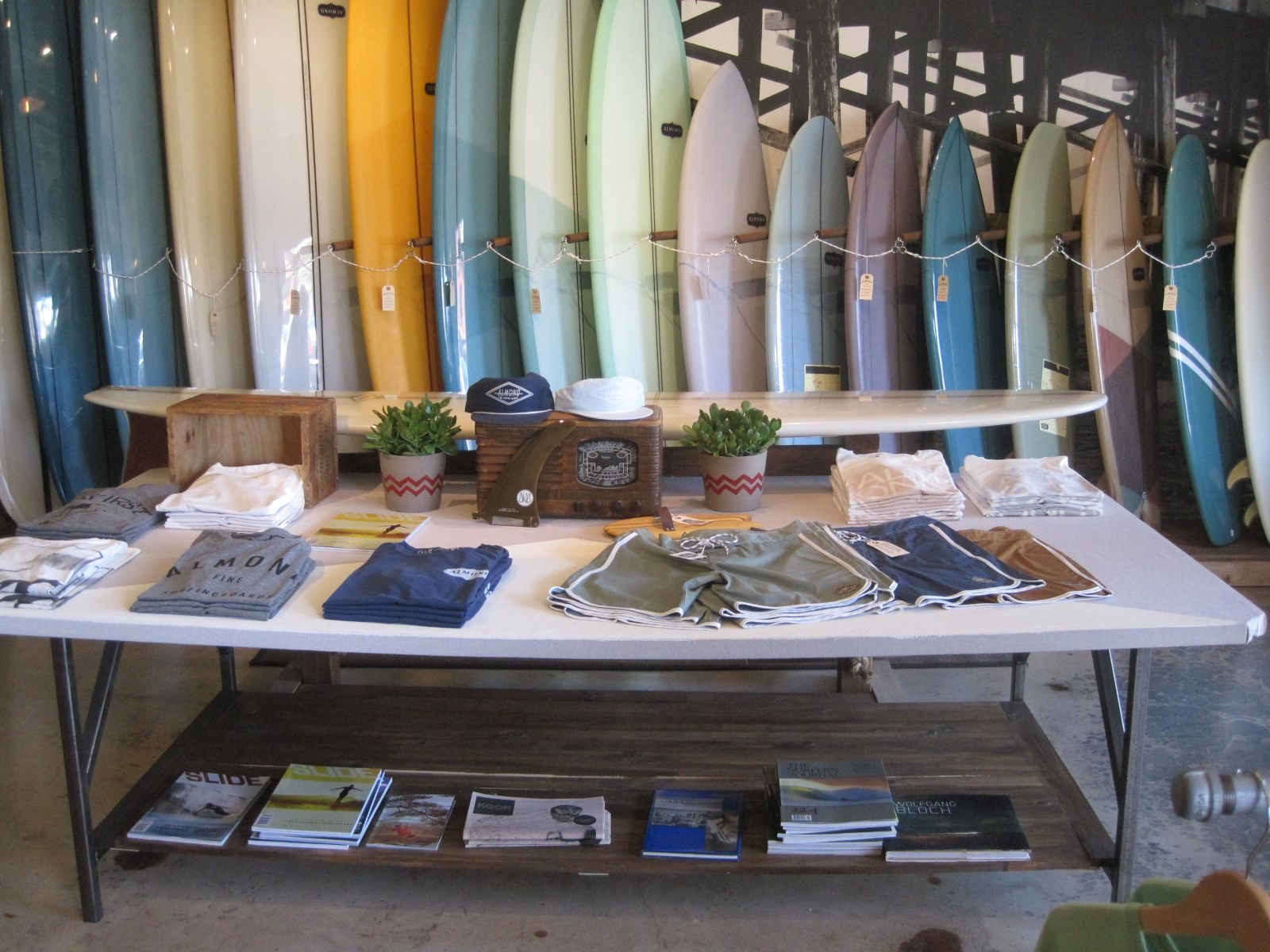 Almond surfshop in Cali