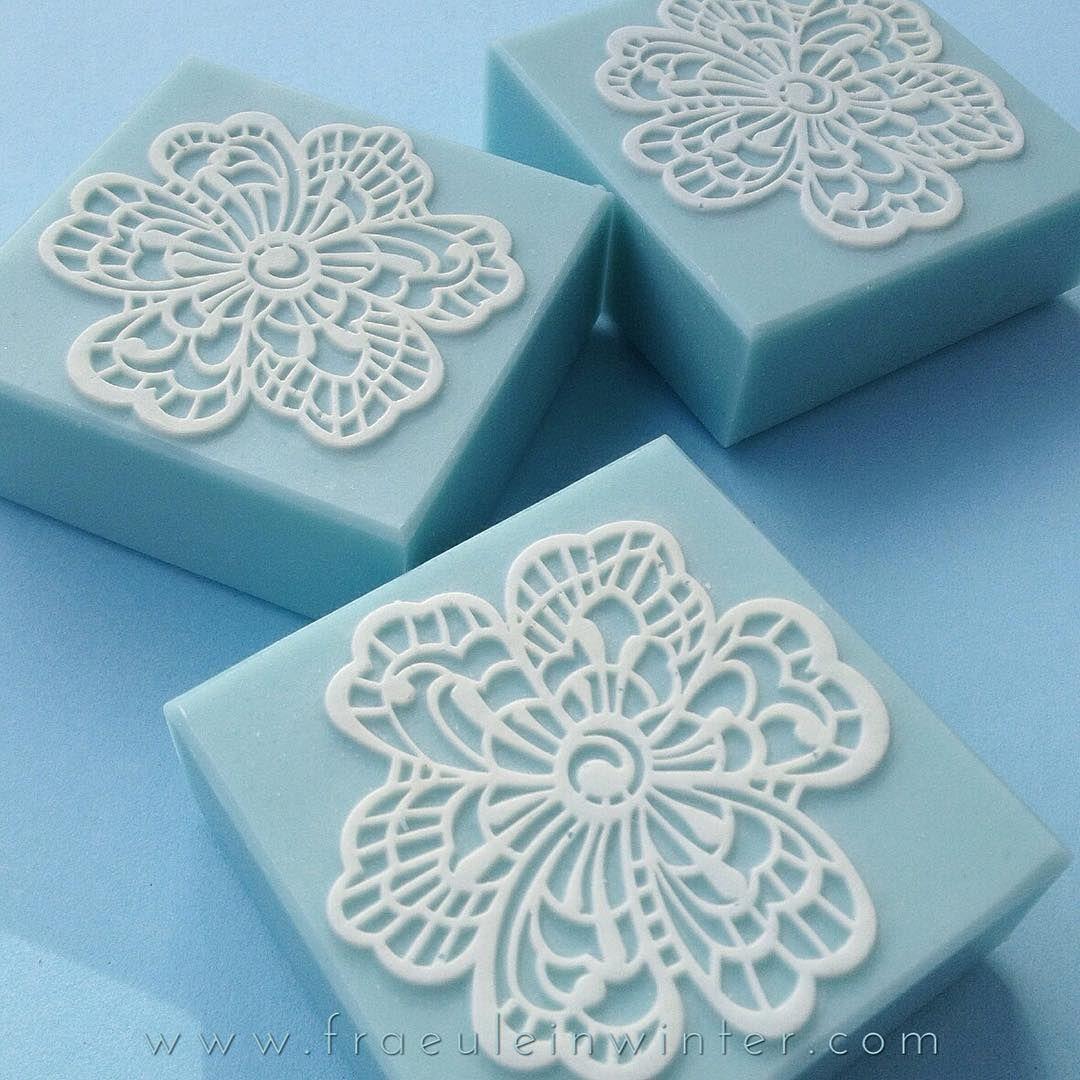 White Flowers White flowers on a creamy blue soap. . #soap #seife #savon #whiteflowers #coldprocesssoap #coldprocess #handmadesoap #handmade #diy #handcraftedsoap #handcrafted #artisansoap #ilovesoap #soaping #soapmaking #impressionmat #skincare #fraeuleinwinter