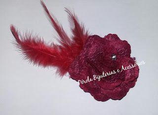 Acessório de cabelo - Flor vinho com pena vermelha.