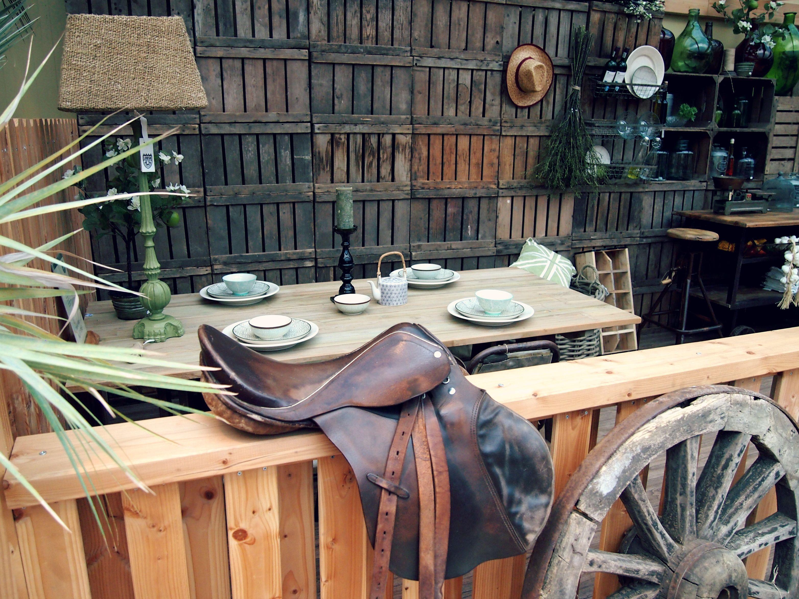 #tuinhuis #veranda #inrichting #details #warme #groene #accenten #decoratie #accessoires #porch #garden #house #log #cabin #interiour #green #warmth #warm #accents #decoration #inspiration #fonteyn #outdoor #living #mall ♥