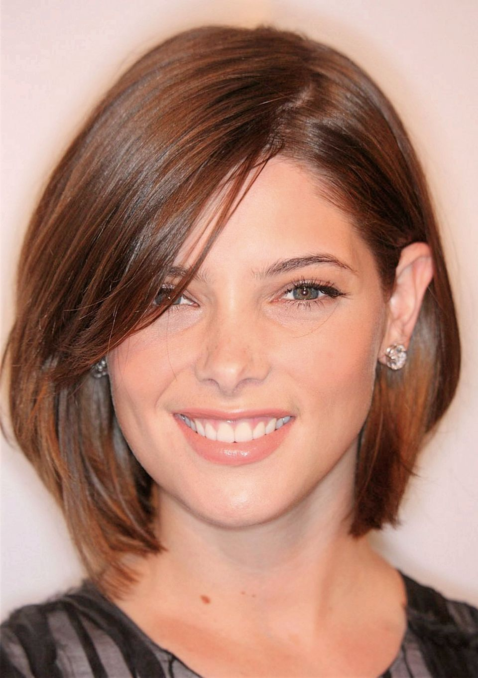 Check Out 25 Amazing Haircuts For Round Faces To Inspire You Medium Hairstyles With Locks Covering The Sides Of Your Face Make It Narrower