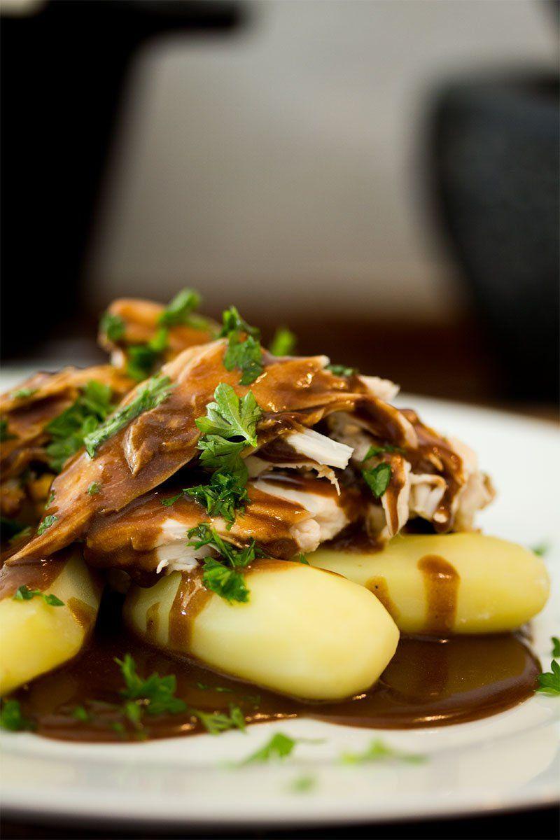 Grydestegt Kylling Med Brun Sovs Og Kartofler Kylling