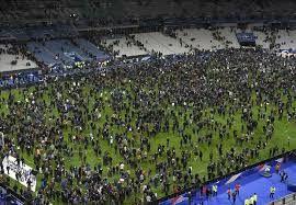 """155 قتيلاً على الأقل في هجمات إرهابية بالعاصمة الفرنسية.شاهد بالفيديوهجمات و تفجيرات باريس paris attack 14/11/2015 مشاهد حصريهقتل نحو 153 شخصاً على الأقل، بحسب ما نقلت شبكة """"سي إن إن"""" الأميركية عن مسؤولين فرنسيين، بينما أصيب أكثر من 200 بجروح، بينهم 80 إصاباتهم خطيرة في اعتداءات غير مسبوقة في باري"""