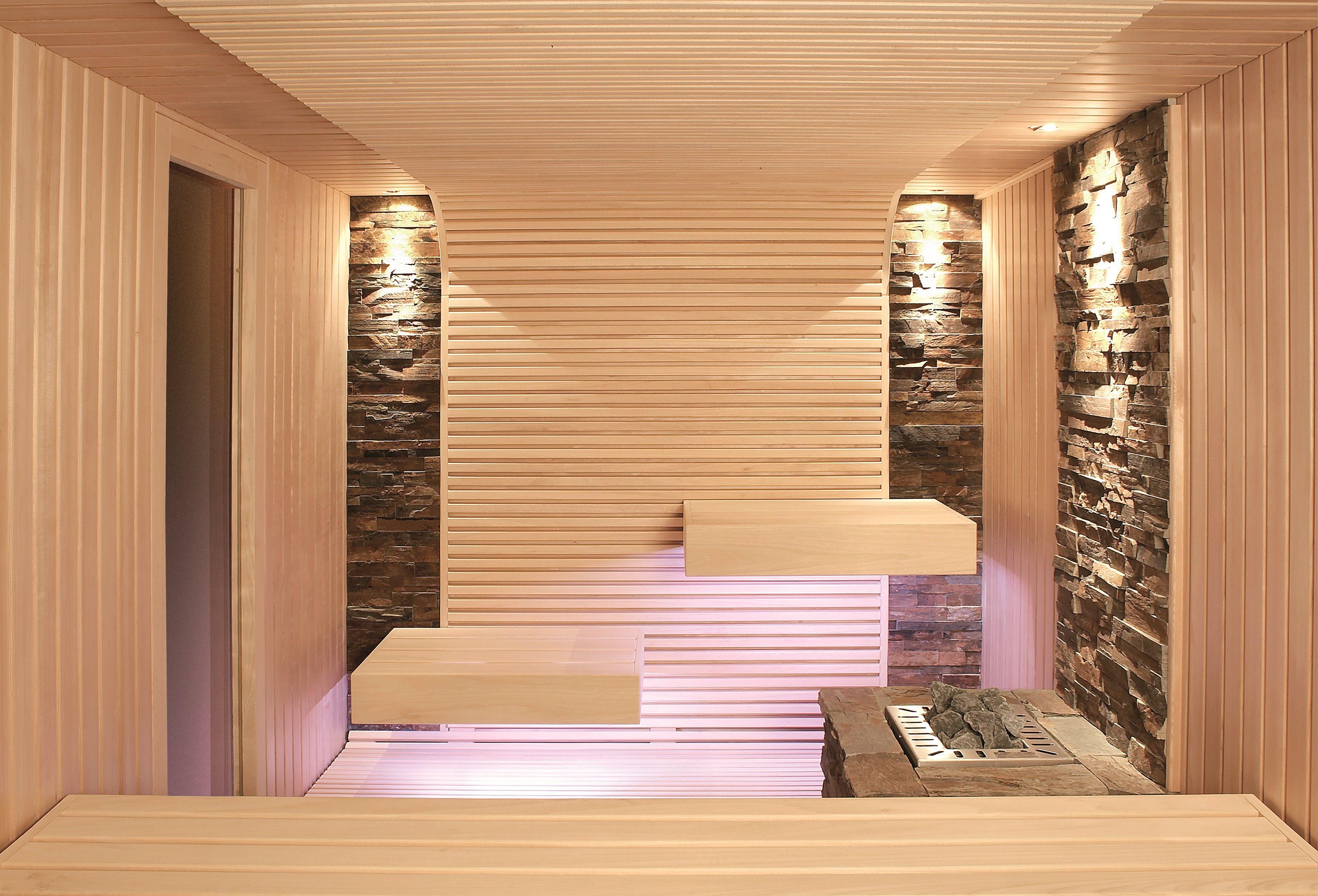 sauna mit schwebend wirkenden b nken und steinstreifen an der wand erdmann sauna. Black Bedroom Furniture Sets. Home Design Ideas