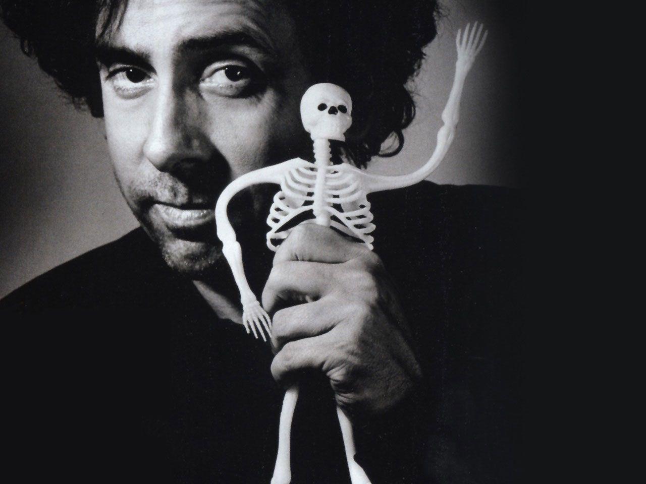 Tim Burton. (Burbank, California; 25 de agosto de 1958) es un director, productor, escritor y diseñador estadounidense. La mayoría de sus películas se han caracterizado por la presencia de mundos imaginarios donde suelen estar presentes elementos góticos y oscuros, cuyos protagonistas suelen ser seres inadaptados y enigmáticos.