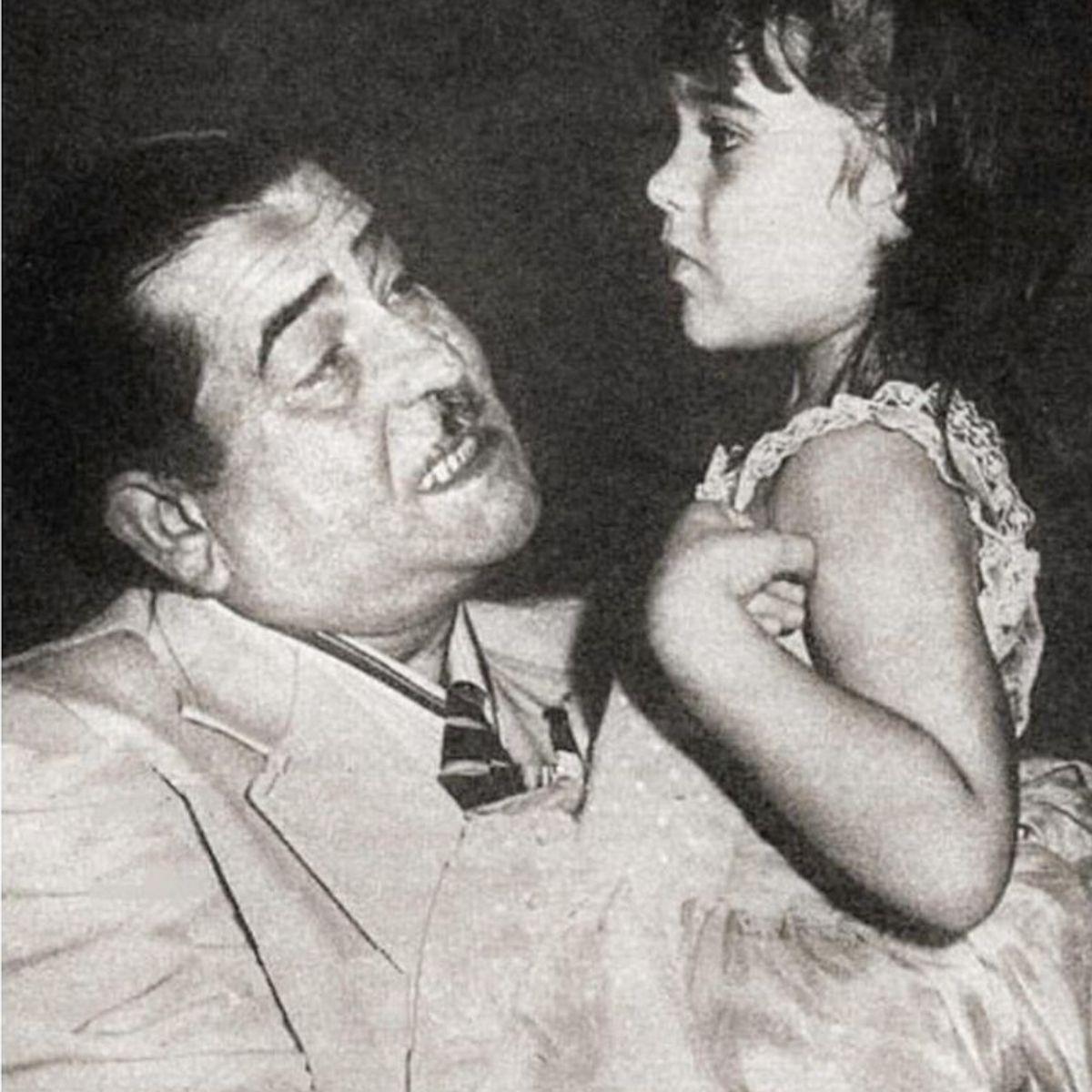 Raj Kapoor Birth Anniversary Karisma And Kareena Kapoor Khan Remember Their Grandfather With Rare Photos In 2020 Rare Photos Childhood Photos Kareena Kapoor Khan