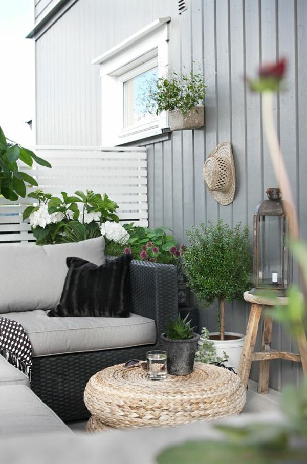 kleiner balkon rattanmöbel rustikaler beistelltisch pflanzen ...